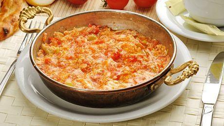 Menemen is misschien wel het makkelijkste Turkse recept om thuis klaar te maken. Je hebt alleen een paar eieren, tomaten, uien en pepers (of paprika) nodig