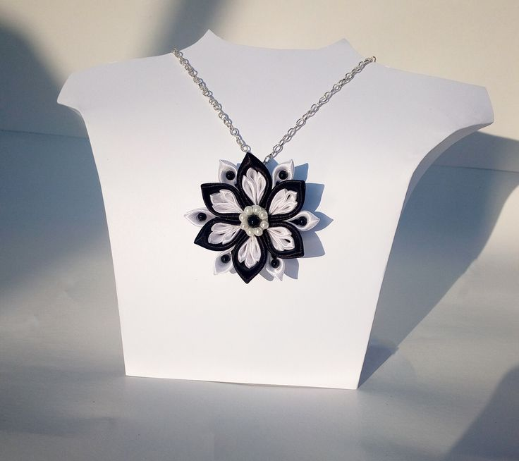 Colier pandativ realizat manual din panglica de satin pe lant argintiu, accesorizat cu perle de sticla.
