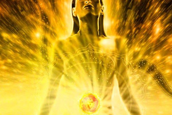 El chakra del plexo solar representa nuestro Sol, nuestro centro de energías. Aquí absorbemos la energía del Sol, que entre otras funciones tiene la de alimentar nuestro cuerpo etérico, nutriendo también de vitalidad al cuerpo físico y sosteniéndolo. Toda raíz primera de cualquier enfermedad se puede encontrar en un Plexo Solar bloqueado o desequilibrado. Desequilibran …
