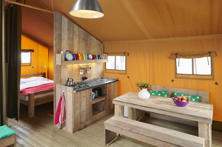 Het keukenblok inclusief koelkast, gasfornuis, stopcontacten en koud stromend water van een FarmCamps safaritent