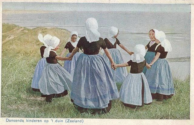 Meisjes in Walcherse streekdracht, doende een kringspel in de duinen bij de zee. na 1905 #Zeeland #Walcheren