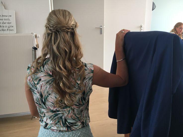 Bruiloft kapsel los haar krullen met vlecht