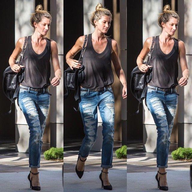 Жизель Бюндхен (Gisele Bündchen) в рваных джинсах Black Orchid и простой однотонной майке выглядит достаточно элегантно благодаря босоножкам на каблуке. Еще один пример того, что джинсы универсальны и адаптируются к любому стилю. Это позволяет одевать их практически по любому случаю и при этом чувствовать себя комфортно и стильно.