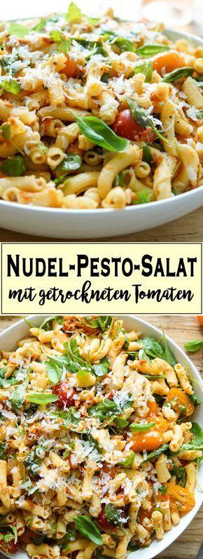 Ein einfaches Rezept für einen Nudel-Pesto-Salat mit getrockneten Tomaten, der in 25 Minuten zubereitet ist. Er ist sehr gut geeignet für ein Picknick, zum Grillfest, im Auto oder am Strand. Ihr könnt ihn auf Raumtemperatur oder leicht gekühlt genießen. Nudelsalat mit getrockneten-Tomaten-Pesto mit Cherry-Tomaten, Mozzarella, Rucola, Parmesankäse, Basilikum, (vegetarisch) - Elle Republic