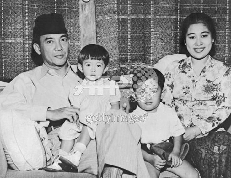 Bung Karno, Ibu Fatmawati dengan Guntur Soekarnoputra dan Megawati Soekarnoputri