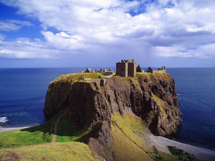 切り立った崖の上に経つ城は、1000年もの長い歴史をもつのだとか。廃墟となった城が空と海に囲まれて佇む姿は実に美しい光景です。