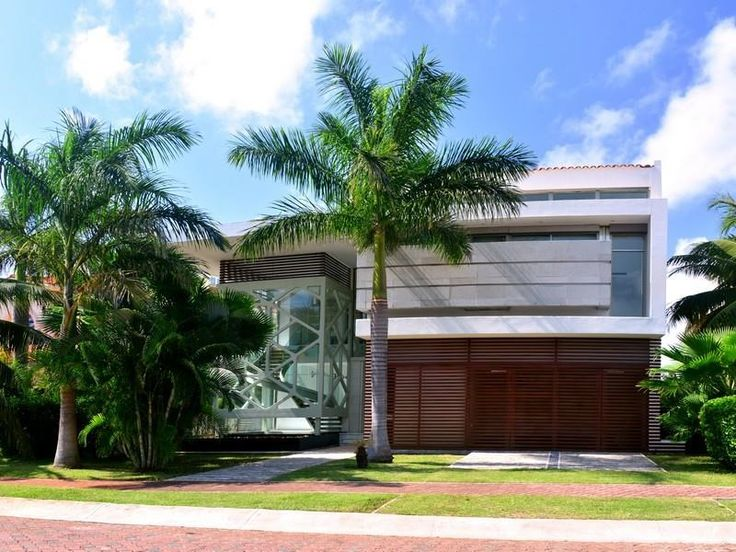 Espectacular residencia de arquitectura contemporánea de dos niveles, ubicada en una de las zonas más exclusivas de Cancún; Isla Dorada, en un lote de 575 m2 con 813 m2 de construcción. Su excelente ubicación a la orilla de la laguna ofrece unas vistas maravillosas. Al ingresar a la residencia nos recibe un amplio vestíbulo de doble altura y un bar.  INFO: alopez@sirmexico.com