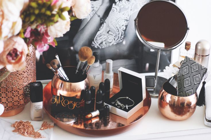 Quicky: my Vanity Table. All rose gold accessories and my daily make-up. — DYROGUE