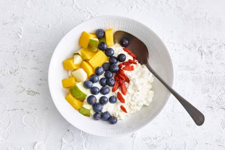 Ontbijten met hüttenkase? Ja, de zachte smaak doet het heel goed met fris fruit.- Recept - Allerhande