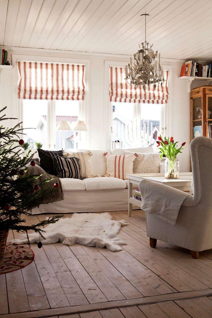 MYSIG JUL VID HAVET: Inomhus finns många ursprungliga detaljer bevarade, som vedspisen i köket som Louise gjort fin för jul | L A N T L I V
