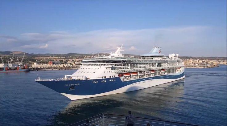 """Die """"STAR BREEZE"""", """"INSIGNIA"""", """"TUI DISCOVERY"""" und die """"SOVEREIGN"""" fahren am 23. Mai 2017 im Hafen von Civitavecchia an der """"AIDAbella"""" vorbei."""
