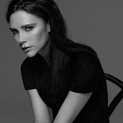 Outfitek a legjobbaktól – Victoria Beckham - Üzletasszony, divattervező és modell - olyan mintha száz életet élne, mégis mindegyikben tökéletes a stílusa!