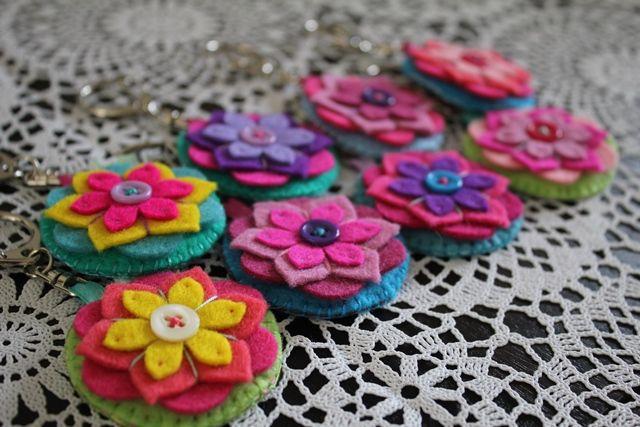 Sleutelhangers bloemen van vilt en stof