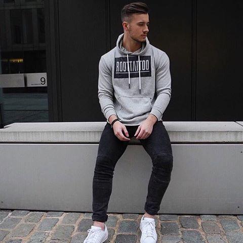 Moda descolada, moletom cinza estampado, calça skinny preta e tênis casual branco, dando um visual monocromático