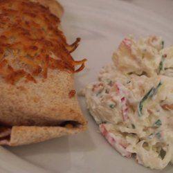 Jeg er simpelthen forelsket i denne her salat - det er min absolutte ynglingssalat. Det var en min kæreste havde fåetpå sit arbejde, og lavede den så til mig - og jeg ELSKER den! :DDen har ikke rigtig noget navn - så lad os bare kalde den lækker hvidkål/spidskål salat! :)Det skal