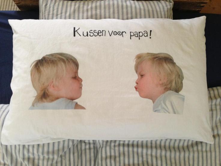 Kussen wat voor vaderdag is gemaakt. Natuurlijk ook leuk voor moederdag. Foto's van de jongens op een wit laken gefotografeerd, op transer-papier geprint en op het kussen gestreken.