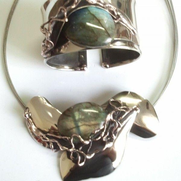 KOMPLET BIŻUTERII Z LABRADORYTEM. Oryginalny komplet biżuterii z labradorytem, wisiorek i bransoletka w całości wykonany ręcznie. Idealny prezent na każdą okazję: urodziny, imieniny, walentynki, pod choinkę.
