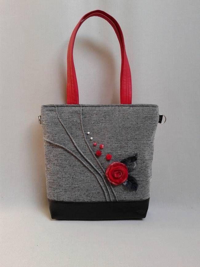Gyönyörű nemez rózsa díszíti ezt a szép fekete-szürke táskát! A motívumot mozgalmassá teszik a szövetbe varrt raffolások, melyeket gyöngyökkel, nemez golyókkal egészítettem ki. #Young-bag 23 női #táska #nemez