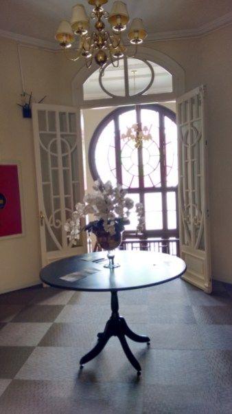 Curitiba Palace Hotel. Muito confortável, com um bom café da manhã e atendimento impecável. Gostei muito e recomendo. A edificação da década de 1950 foi preservada e abriga o salão do café, sala de TV e alguns apartamentos. Grudadinho nele um novo e mais moderno prédio foi erguido. Próximo ao hotel fica o Shopping Estação e dentro dele, o Museu Ferroviário, onde está a memória sobre a antiga estação ferroviária de Curitiba, dá pra ir andando até lá.