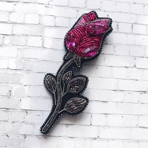 Тюльпан - был, ирис - тоже был, теперь вот #роза Брошь в наличии❣️ Изготовлена из канители и кристаллов #swarovski, изнанка - фетр, края обшиты мельчайшим японским бисером toho высота броши - 10 см. >>>листайте галерею #брошьручнойработы #брошьтюльпан #брошьцветок #цветок #тюльпан #вышивка #ручнаяработа #tulip #tulipbrooch #handmade #handmadebrooch #flowerbrooch #embroidery #embroideryart #embroiderybrooch #розаброшь #брошьроза #rosebrooch #roseflower