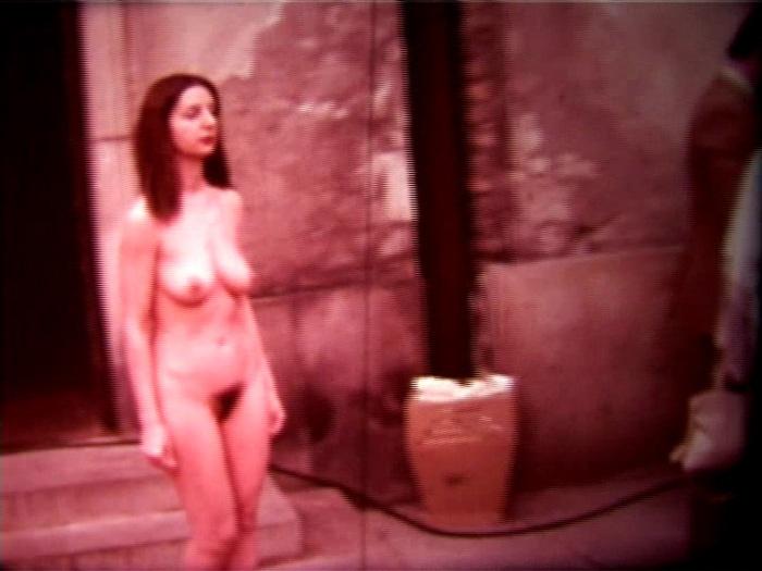 """Video Performance """"Self-Identification""""  Desnudo en Varsovia  Durante el show sale del espacio expositivo en la ciudad, donde cerca del Palacio de los Matrimonios conoció una novia. De esta manera se enfrentó a la institución del matrimonio para determinar uno de los elementos fundamentales de la feminidad"""