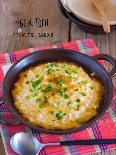 耐熱ボウルに、豆腐とひき肉と卵を入れて、レンジでチン!!    あとは、麺つゆで作った生姜風味のあんかけをかけるだけ。    このあんかけも、片栗粉を最初からまぜ合わせるので、ダマになって失敗することもなし♩    初心者さんに、とーってもオススメですよ〜。