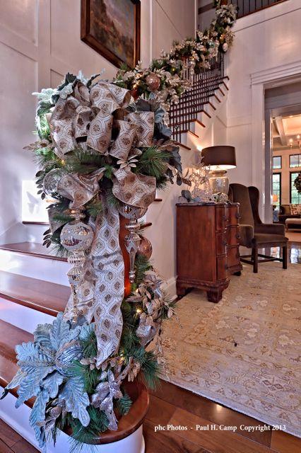 Decoración de una escalera americana. Designer Elizabeth Wynn. #christmas #decor -via Interior Canvas