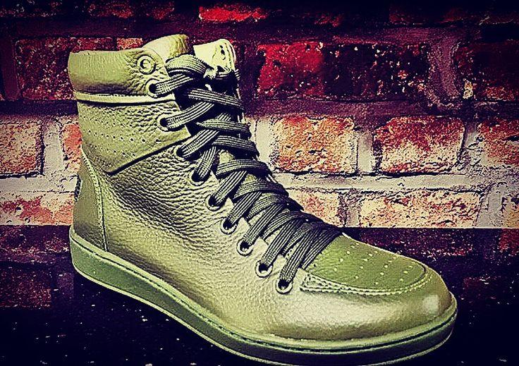 Add these #olive #900 #hightop #classic from #travelfoxshoes to your #bboy #style #iamtravelfox #travelfox #astepbeyondsneaker #travelfoxgang #militant #travelfoxkids #travelfoxsounds #originalsound #rude #yush #streetstyle #sneakerhead #viss