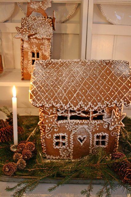 Det er dagen husets pepperkakehus er ferdigstillt,at jula for alvor er igang her i huset. Så dere la meg presantere julens 2012 pepperka...