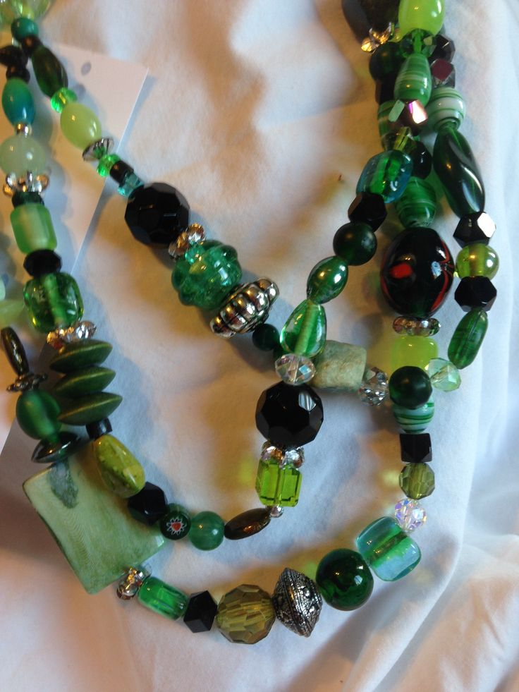 green and black are the tones that makes this necklace  different