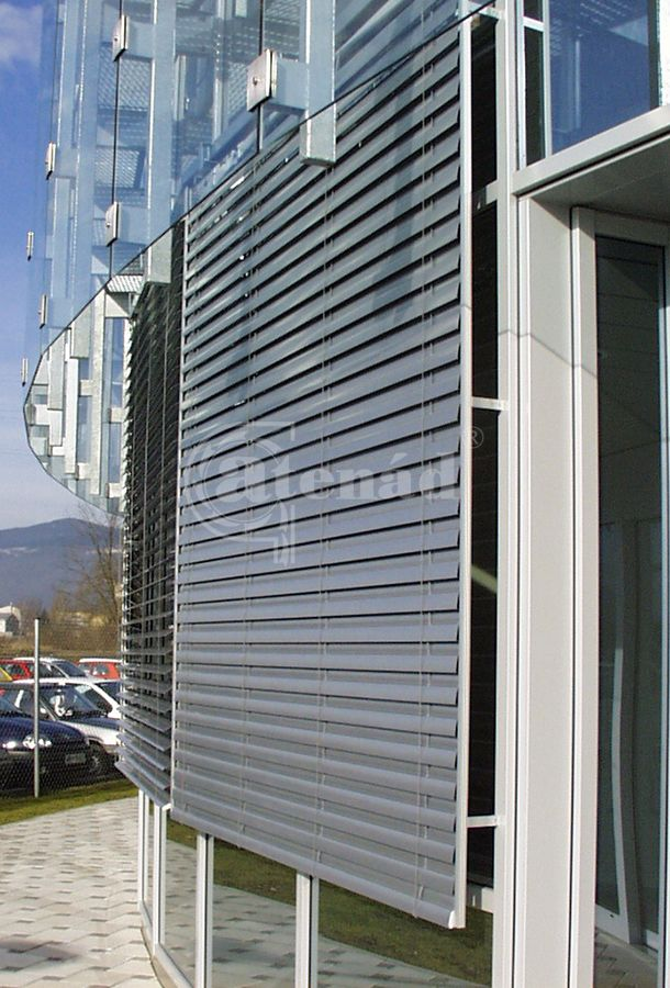 Z-lamellás zsaluzia. A lamellák Z formájának köszönhetően a zsaluzia szorosan záródik, ami miatt az ablak és a szerkezet között a levegő áramlása minimálisra csökkenthető.