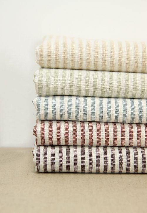 Questo tessuto è un tessuto di lino cotone striscia, peso medio. Cinque colori disponibili: A # luce gialla, B # luce verde, c# azzurro, D # caffè, E
