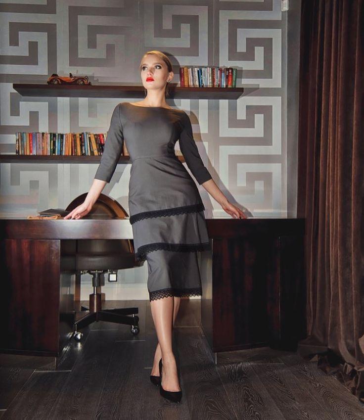 На Лизе коктейльное платье с безупречной посадкой ✔️ Состав: 70% хлопок, 25% шерсть, 5% эластан Цена: 14.500 ₽