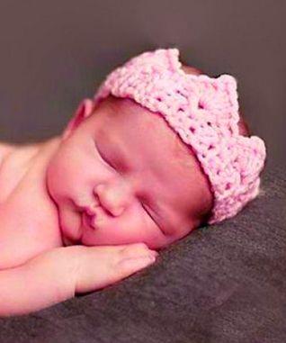 Rosa krone til baby for Fotografering One Size men den er tøyelig. og passer til nyfødt baby. 0-3 mnd Håndheklet i blandingsgarn omkrets 28-33 cm (den er tøyelig til større også) Lyserosa På...