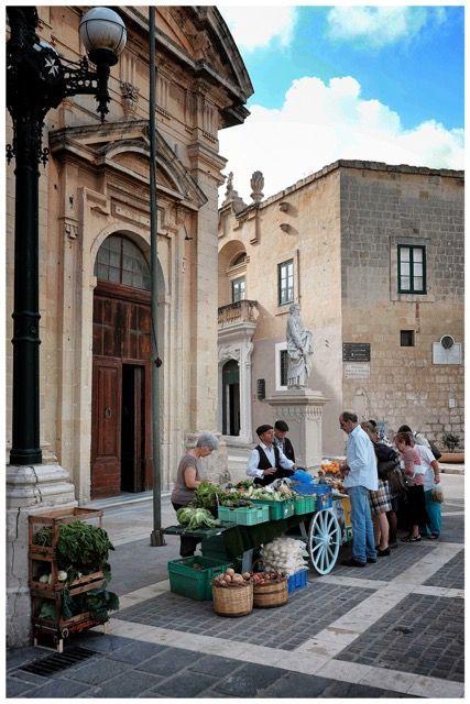 Es gibt wohl bessere Gründe Malta zu besuchen, als jenen, der Michelangelo Merisi auf die Insel der Kreuzritter geführt hat. Nachdem das künstlerische Enfant Terrible unter dem Namen seines Heimatd...