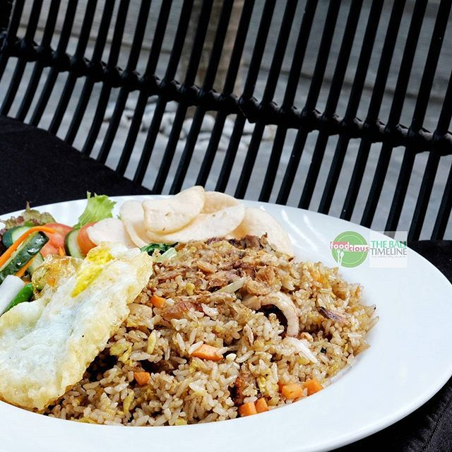 Food Blog Bali  #Food: Thai Fried Rice Pork Belly #Delicious: 4/5  #Foodcious: di belakang bar counter mereka terpampang menu special mereka ya menu nasi goreng ini begitu bikin kami penasaran langsung saja kami order.  Berisikan crispy pork belly sunny side up crackers & pickles nasi goreng ini wajib dicoba buat para pencinta nasi goreng    @nebula_restaurant #Petitenget  Rp 65k  Jl. Lebak Sari    #NasiGoreng #FriedRice