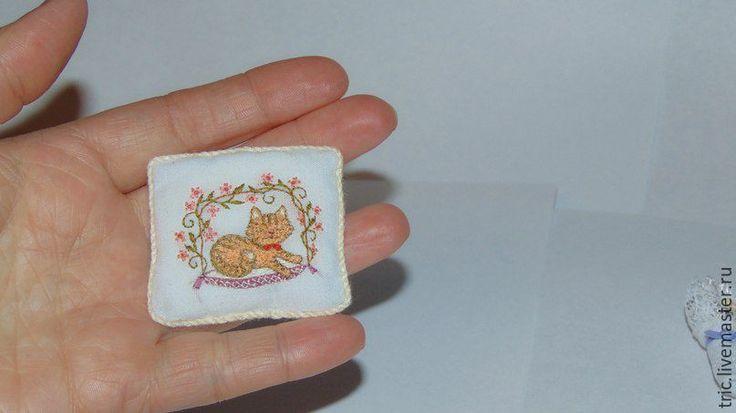 Купить Вышитая кукольная подушка с рыжим котенком. - коллекционная миниатюра, кукольная миниатюра