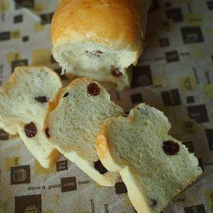 捏ねないパン! ふわふわ ブドウ食パン by PACOさん | レシピブログ - 料理ブログのレシピ満載!  とあるパン会社のCMで美味しそうなぶどうパンの宣伝を見てとーーーってもぶどうパンが食べたくなり作りましたいつものように捏ねずにね捏ねずにふわっふわなぶどうパンが作れるんです!さ、一緒に作りましょ!捏...