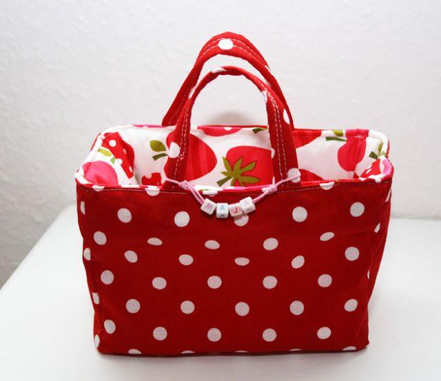 Bildanleitung in deutscher Sprache für super tolle Täschen für große und kleine Mädchen http://geliebteszuhause.blogspot.de/2011/06/anleitung-genahte-einkaufstasche.html