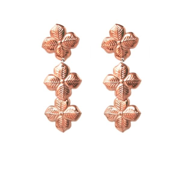 Feminine and sophisticated, these adorable hyacinth drop earrings are an easy way to bring Summer florals into your wardrobe #annalouoflondon