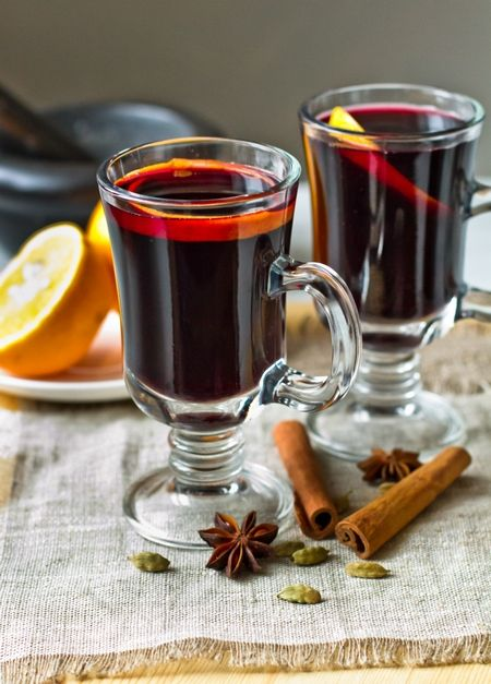 Глинтвейн Ингредиенты: 750 мл красного сухого вина 1 целая палочка корицы 10-12 штучек целой гвоздики 2-3 звездочки бадьяна 10 коробочек кардамона 1 ч.л. без горки целых семян кориандра 2 ч.л. целого душистого перца маленький кусочек мускатного ореха (по желанию) 3-4 ст.л. меда или сахара (количество регулируем по вкусу) 2-3 полоски цедры лимона или апельсина 2 ст.л. бехеровки