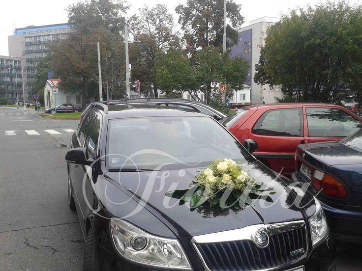 Výzdoba svatebního auta z růží a ammi