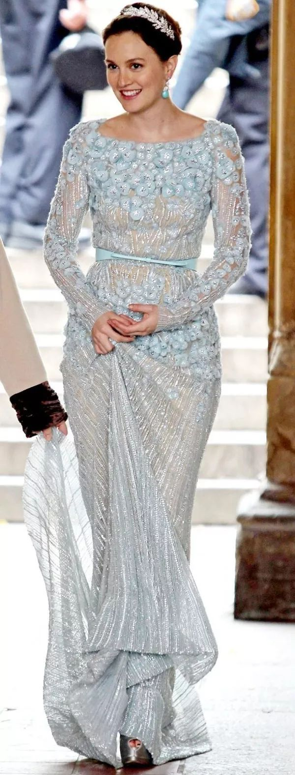 Segundo vestido de noiva da Blair em Gossip Girl. Vestido azul claro todo bordado e com detalhes. Marca: Elie Saab