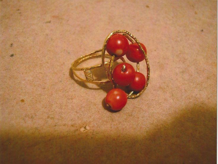 Anello in oro 18kt con corallo sferico. Gold ring 18kt with spheric coral.    #jewelry #jewellery #anello #ring #diamond #pearl #handmade #handmadejewelry #gioielli #gioielliartigianali #fattoamano #gold #diamondpave #sapphire #sapphires #oro #orobianco #whitegold #珠宝 #钻石 #豪华 #redgold #ororosso #yellowgold #orogiallo