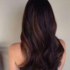 Colore capelli, idee per ravvivare le chiome scure - Riflessi caramello su capelli castano scuro