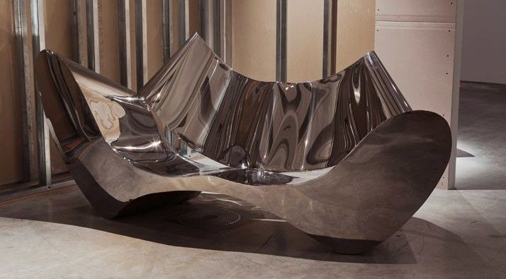 Cea mai scumpa canapea din lume costa 300.000 de dolari si este fabricata din otel inoxidabil.
