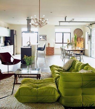 En 1973, le designer français Michel Ducaroy crée un canapé pour Ligne Roset. Bouffie, fripée, les accoudoirs aux bouts pointus, sa création tranche radica
