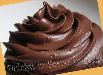 FROSTING CIOCCOLATO 150 g. mascarpone 200 g. di cioccolato fondente o al latte 40 g. burro 80 g. zucchero a velo  Preparazione sciogliere il cioccolatocon il burro a bagnomaria,. Mescolate ogni tanto. Una volta che il composto risulta ben fluido, lasciate raffreddare per circa 15 minuti. Aggiungete lo zucchero a velo, mescolate un pochino e aggiungete il mascarpone (non incorporare il latticello che si forma sul fondo). Amalgamate con delle fruste e ponete in frigo per 15 minuti.