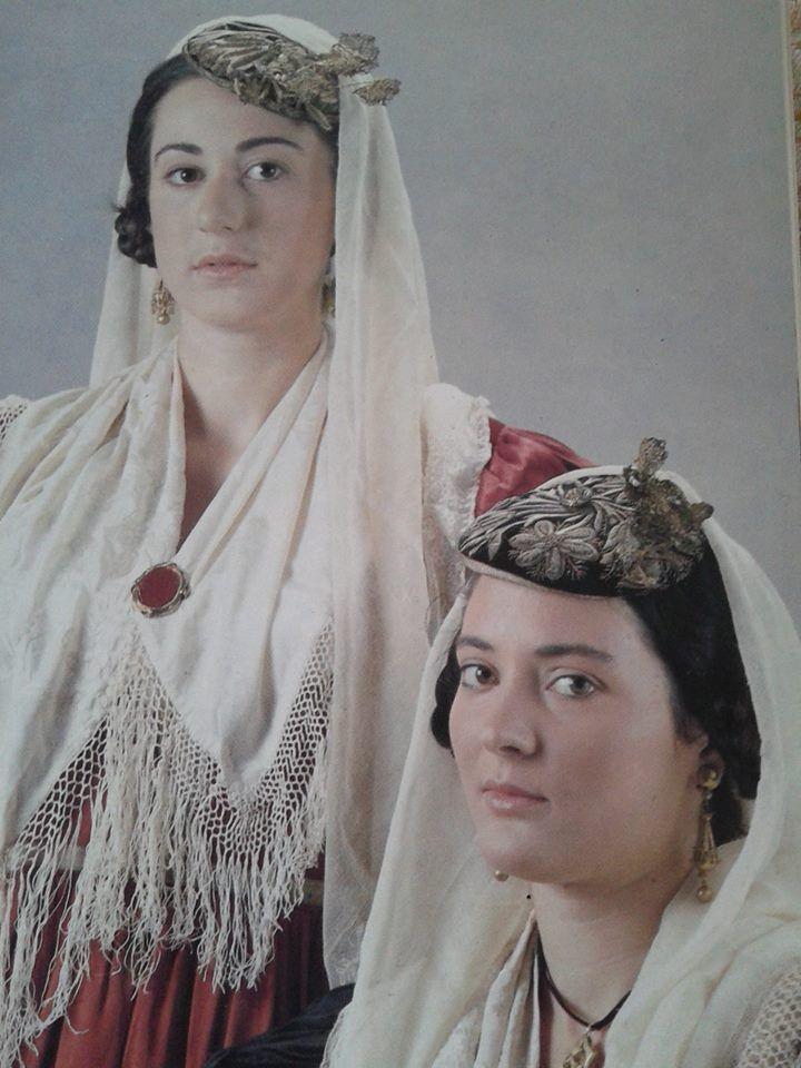 Λευκάδα Λύκειο των Ελληνίδων Αθήνα.Ημερολόγιο 1990. Δημοσίευση από Hellenic Costume Society.
