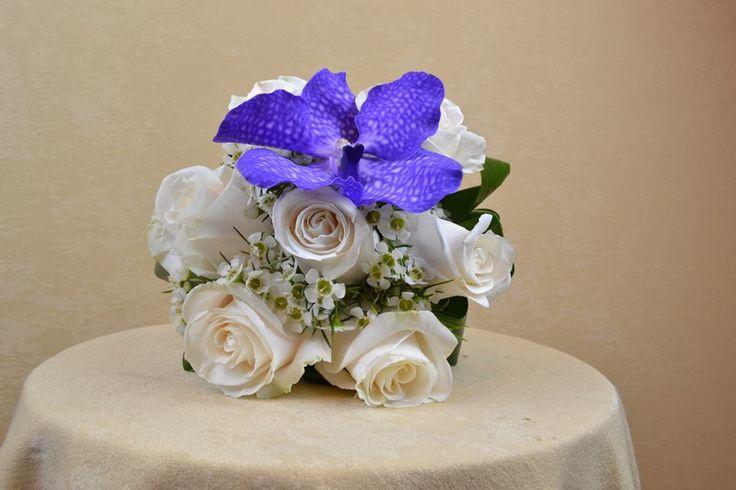 Buchet de mireasa cu trandafiri si orhidee Vanda.  Bridal bouquet with roses and Vanda orchid